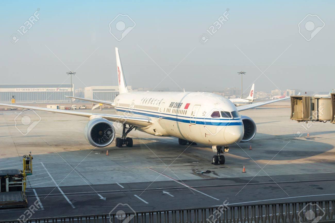 Aeroporto Guangzhou Arrive : Guangzhou baiyun international airport. the plane close up stock