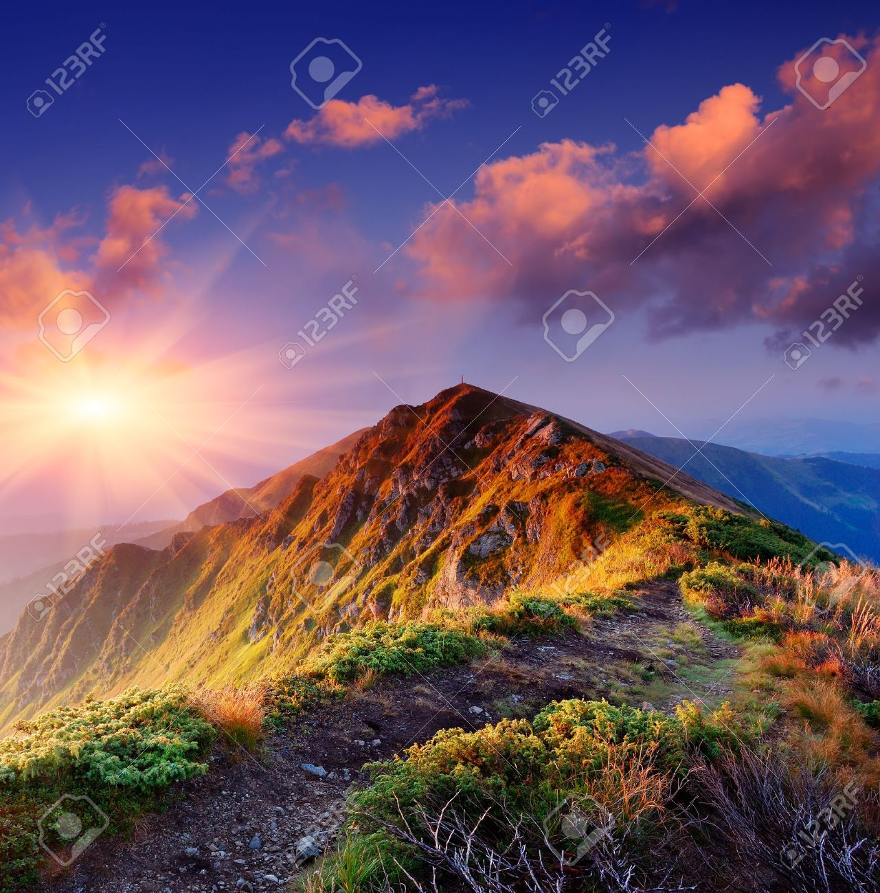 Beau lever de soleil d'été dans les montagnes Chemin le long de la crête menant au sommet Banque d'images - 18909185