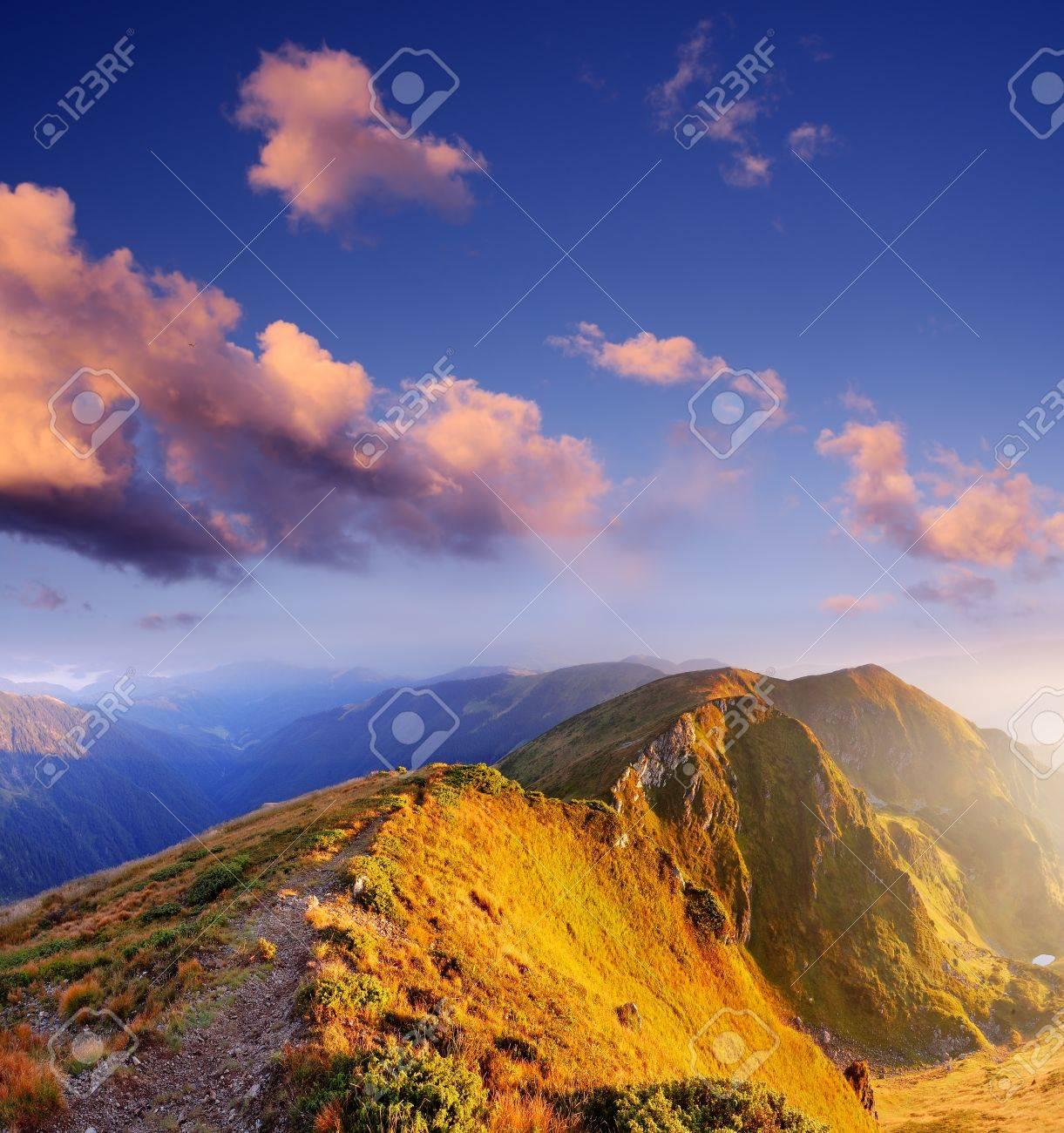 Matin fantastique dans les montagnes Ensoleillé paysage de montagnes des Carpates, Ukraine, Europe Banque d'images - 21365325