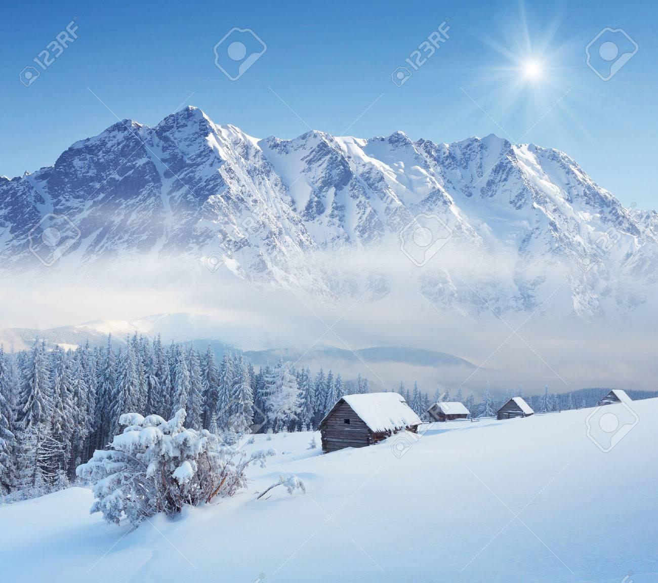 Paysage d'hiver dans une vallée de montagne avec des huttes Carpates, en Ukraine Banque d'images - 22620640