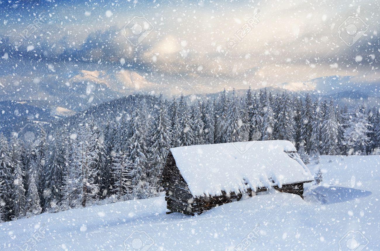 Holzhaus In Den Bergen. Weihnachten Landschaft Und Neuschnee ...