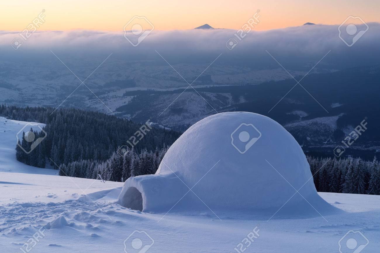 Igloo de neige sur une colline de la montagne. Paysage d'hiver. Aventures dans la campagne d'hiver Banque d'images - 49196102