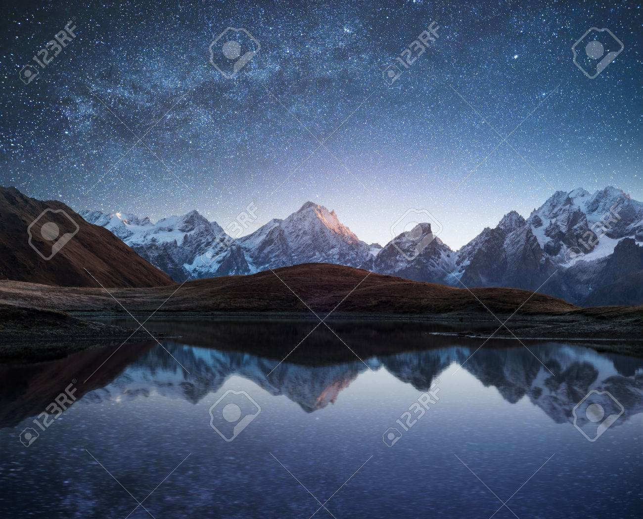 Night sky with stars and the Milky Way over a mountain lake. Collage of two frames. Art processing photos Banque d'images - 61561054