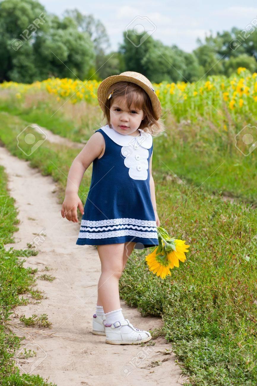 Девочка в платье с подсолнухами