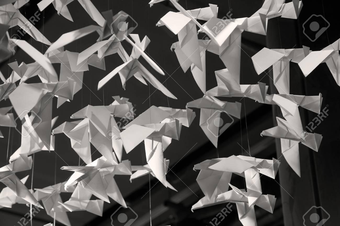 Origamis Traditionelle Japanische Kunst Des Papierfaltens Aus Papier Figuren Von Tieren Und Vogeln Lizenzfreie Fotos Bilder Und Stock Fotografie Image 22918085