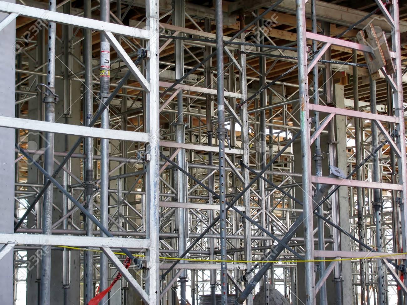 Los Postes De Acero Utilizados En La Construcción De Un Edificio ...