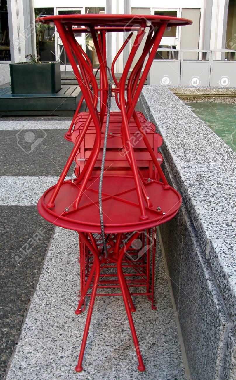 Tables Rouges Et Empilés Chaises Soigneusement n0wv8OmN