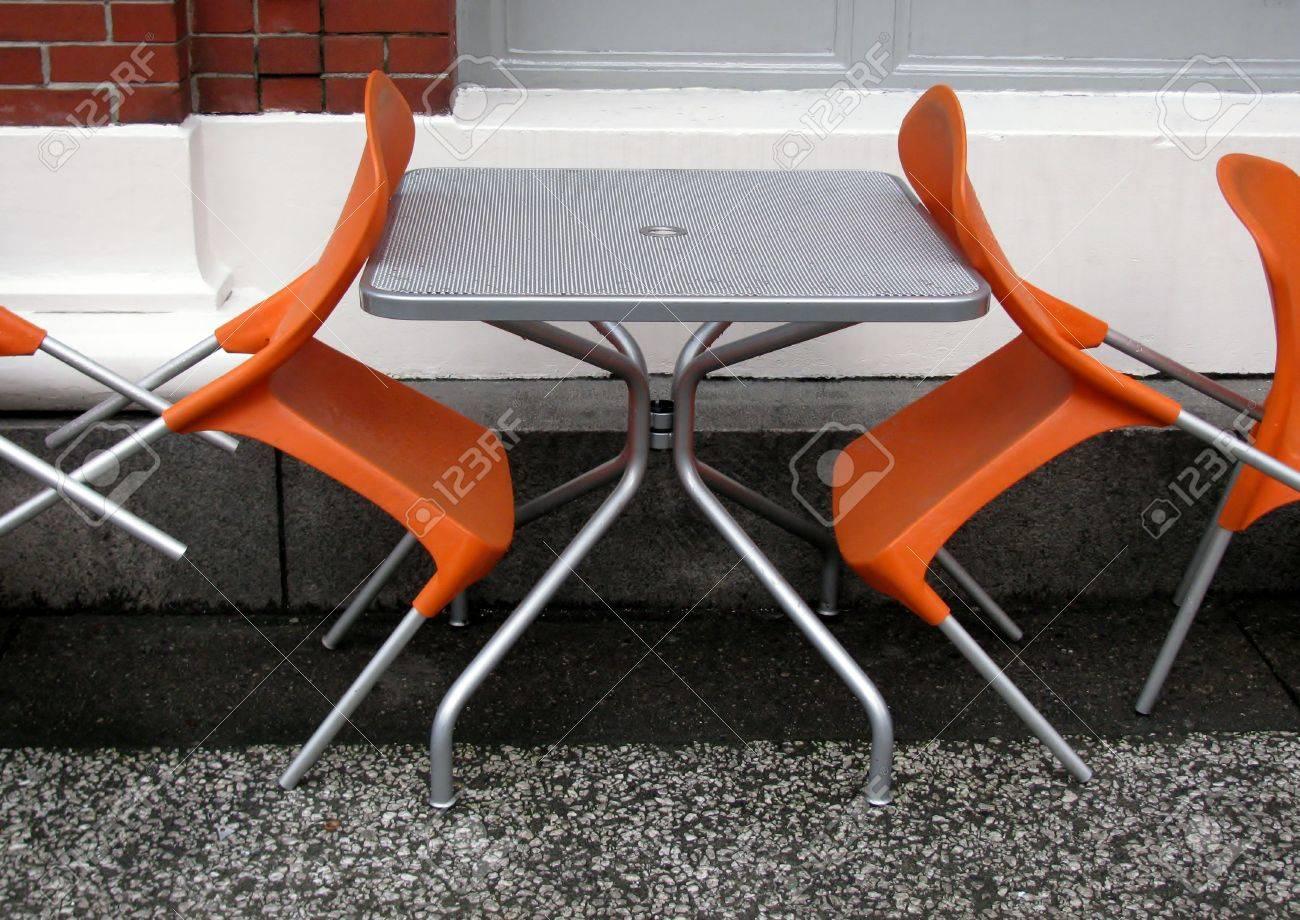 Sedie In Metallo E Plastica : Sedie di plastica arancione e tavolo in metallo grigio in un caffè