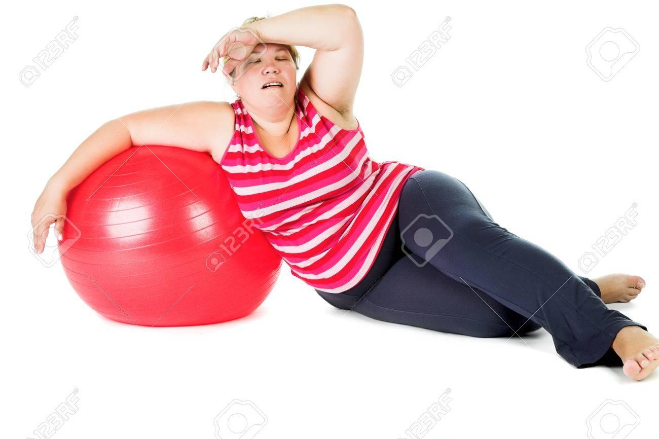 Grosse Femme Photo fatigué grosse femme avec de grandes ballon de gymnastique rouge