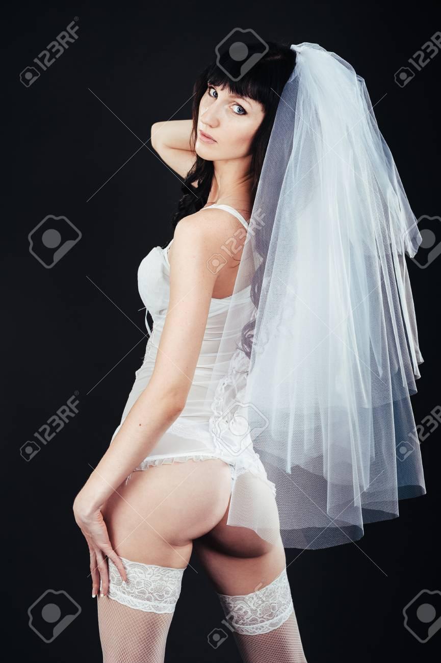 Sexy Hermosa Novia Desnuda Con Velo En La Ropa Interior Erótica Blanca Sobre Un Fondo Negro Retrato De La Belleza Desnuda De La Novia