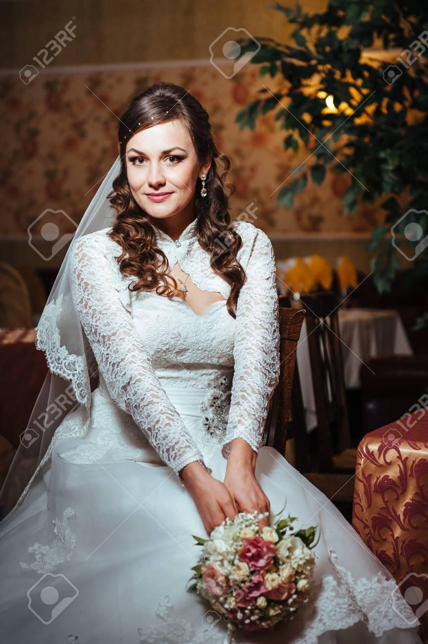 Wunderschöne Braut Blondine Im Hochzeitskleid In Luxus-Interieur Mit ...
