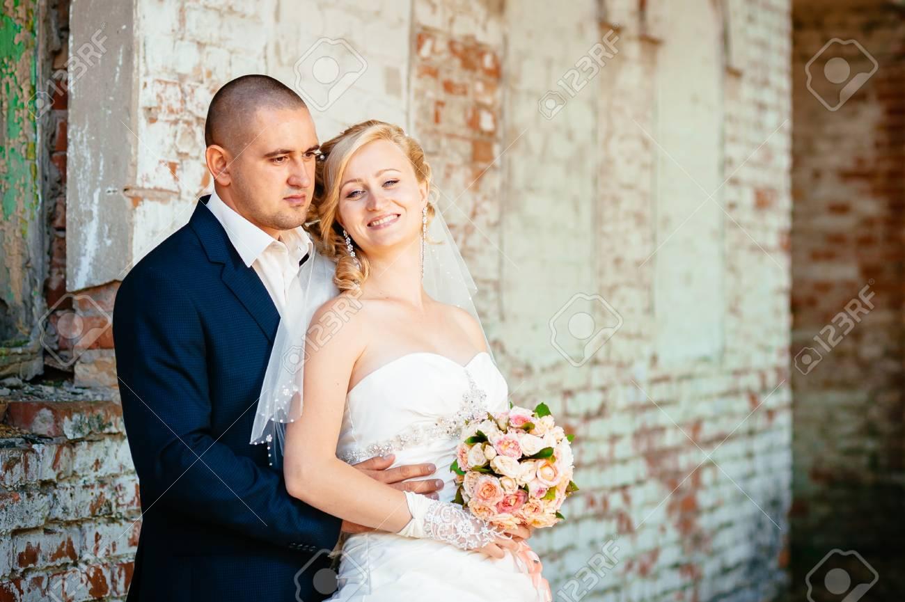 Gluckliche Junge Braut Und Brautigam Draussen Im Park Am Tag Ihrer