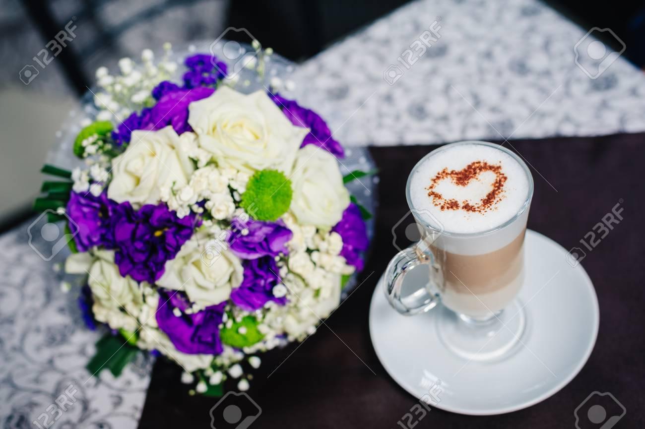 Zwei Tassen Kaffee Mit Herz Auf Dem Tisch Mit Brautstrauss