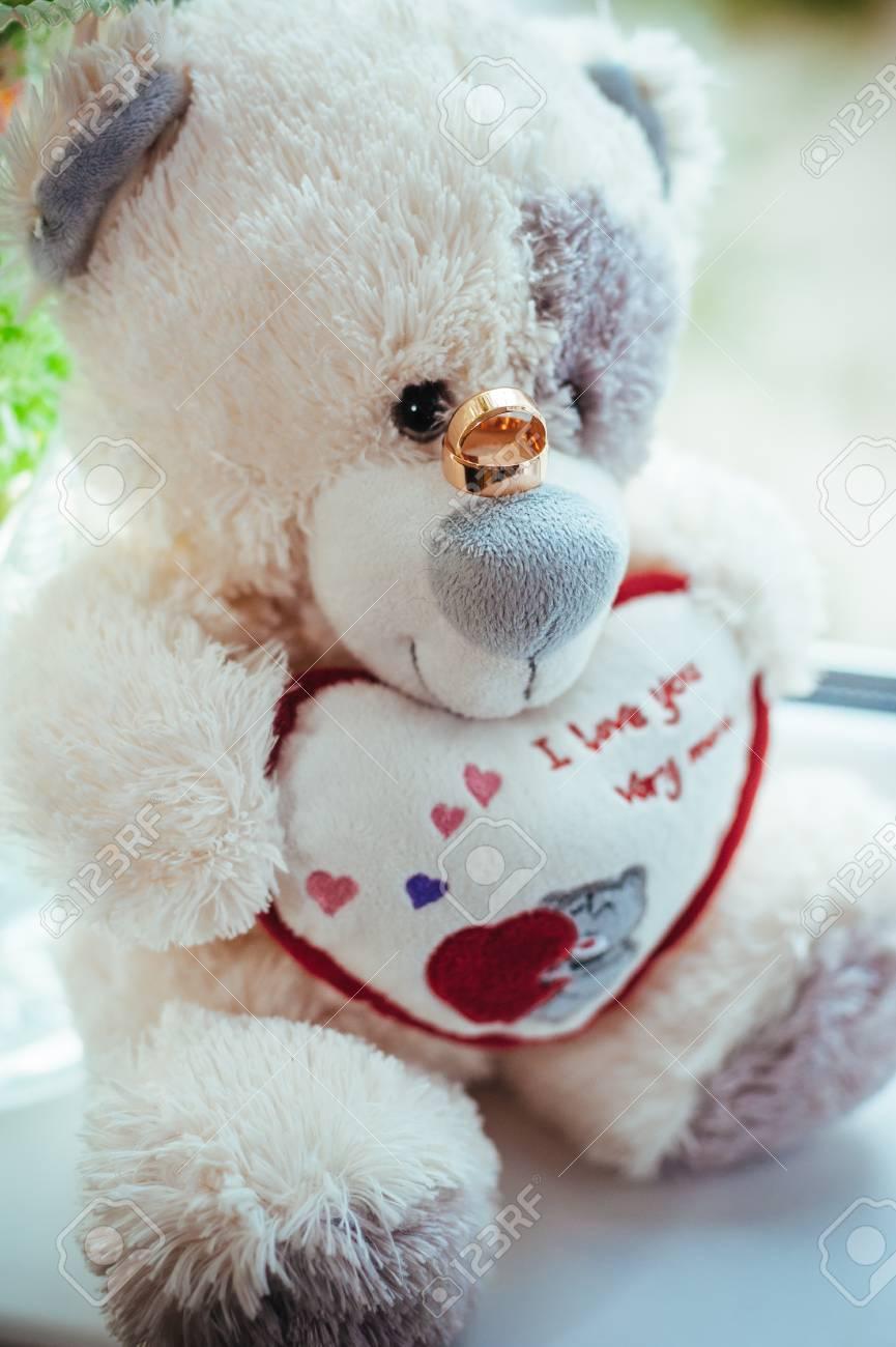 Foto Von Spielzeug Teddybar Mit Hochzeitsringen Lizenzfreie Fotos
