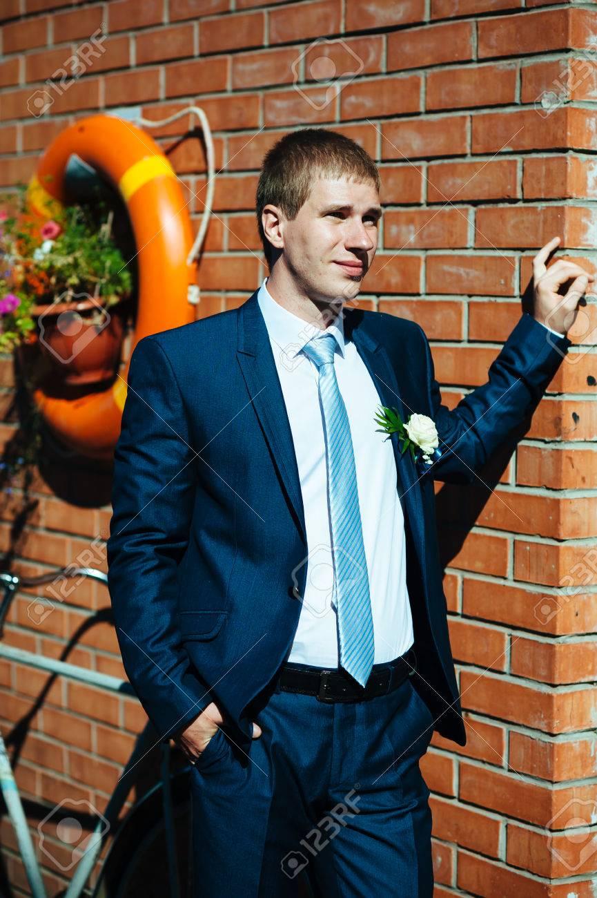 diversificado en envases elegir oficial gran colección Feliz joven novio el día de su boda. Pensamiento novio guapo y poner en su  pajarita mientras vestirse para su boda. Hombre caucásico hermoso en ...