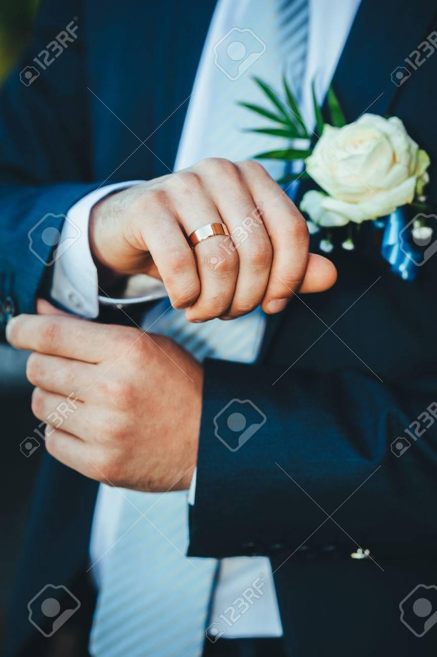 Glückliche Junge Bräutigam An Ihrem Hochzeitstag. Hübscher Bräutigam ...