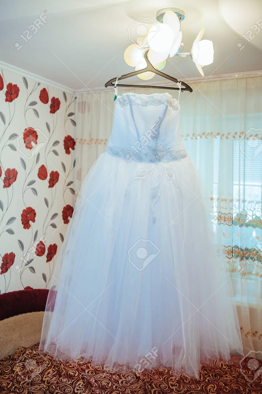 Hochzeit Brautkleid Auf Einem Kundenspezifischen Aufhänger ...