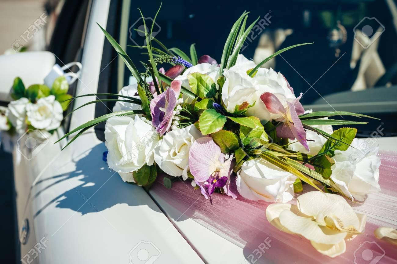 Vintage Luxus Hochzeit Auto Mit Blumen Geschmuckt Lizenzfreie Fotos