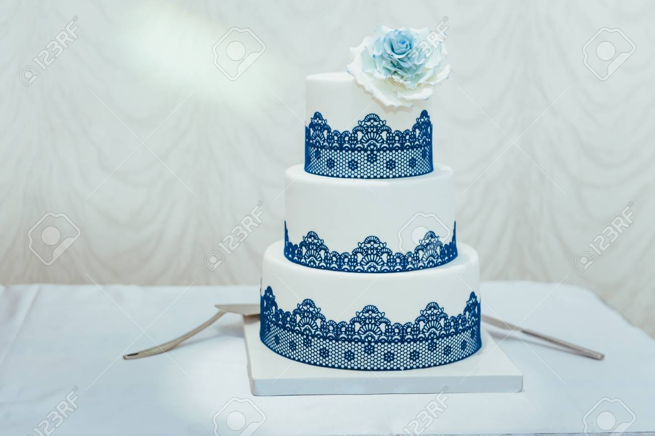 Gâteau De Mariage Bleu Décoré De Fleurs Blanches Gros Plan De Gâteau De Mariage Bleu Et Blanc à La Réception