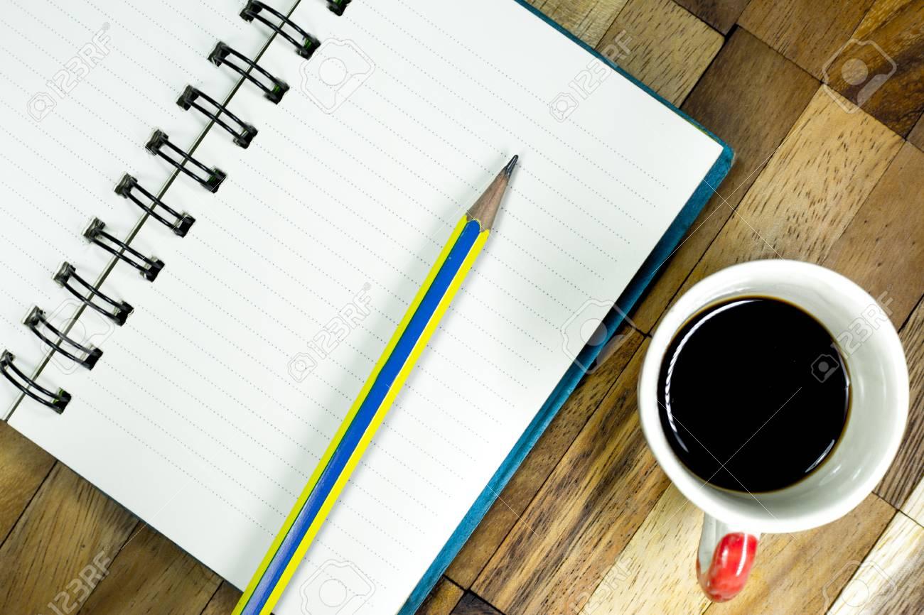 Ufficio Del Lavoro In Nero : Taccuino e matita con caffè nero sul tavolo ufficio scrivania con