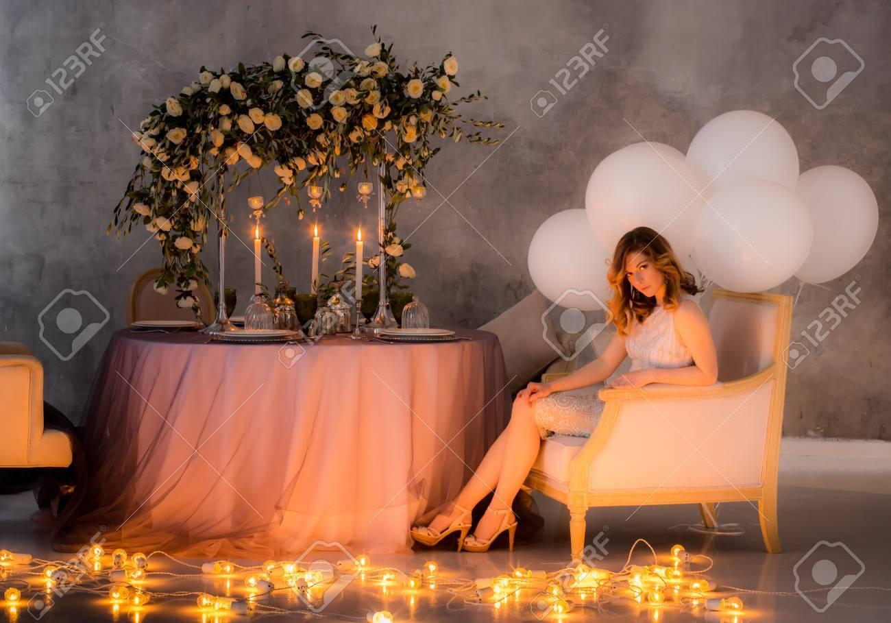Sitzen Am Tisch Braut Mit Hochzeitsdekorationen Fur Bankett Mit