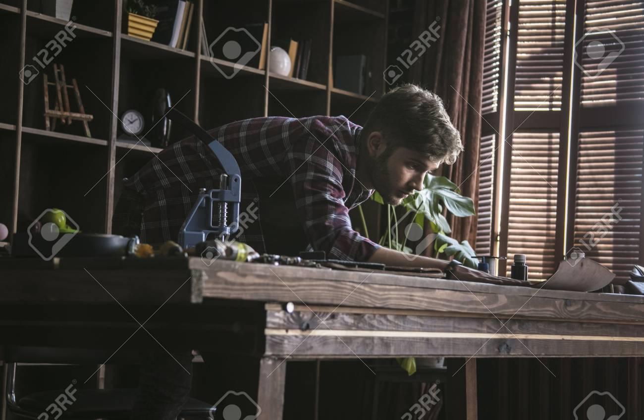 Lederhersteller Des Jungen Mannes Nimmt Genaue Maße Des Leders Auf