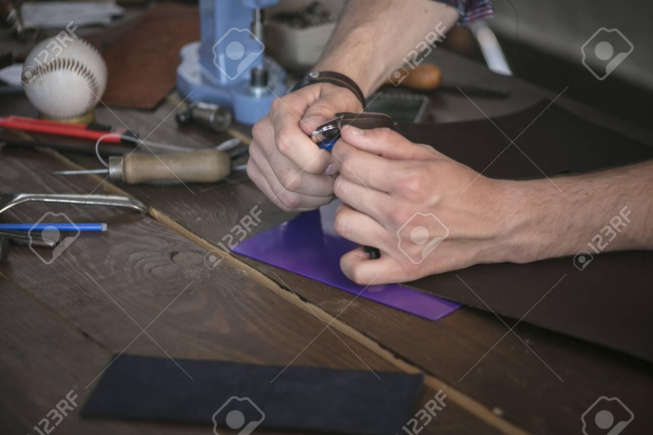 Lederhersteller Schnitt Leder Mit Gebrauchsmesser Auf Hölzerner