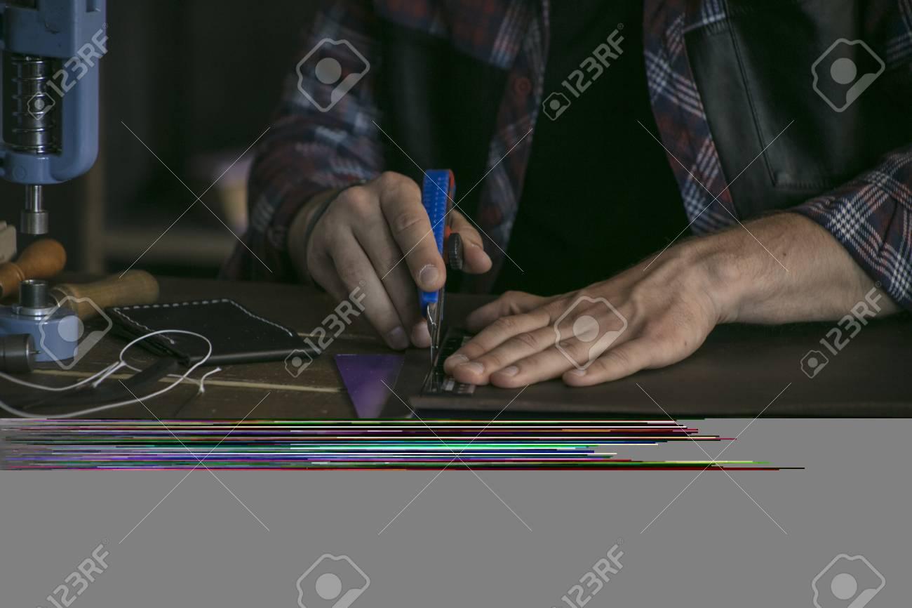 Lederhersteller Schneiden Leder Mit Gebrauchsmesser Und Lineal Auf