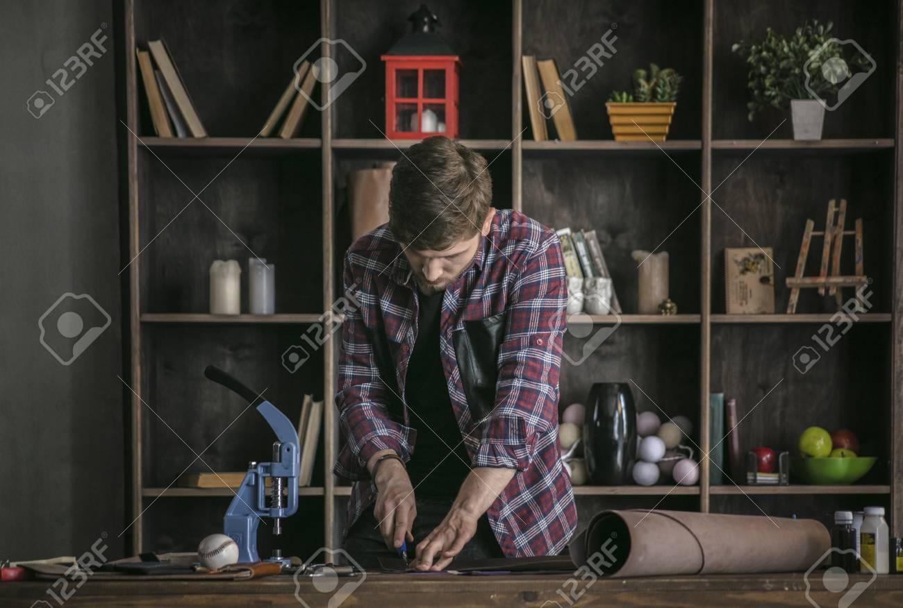 Lederhersteller Des Jungen Mannes Der Stück Leder Bearbeitet Und