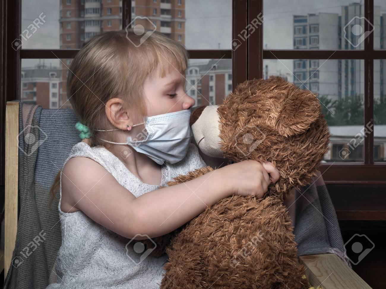 Sleep Med Kussen : Kleines kind in einer medizinischen maske küssen spielzeug bär