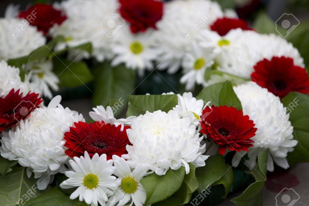 Close Up Shot De Corona De Flores Rojas Y Blancas En El Monumento A
