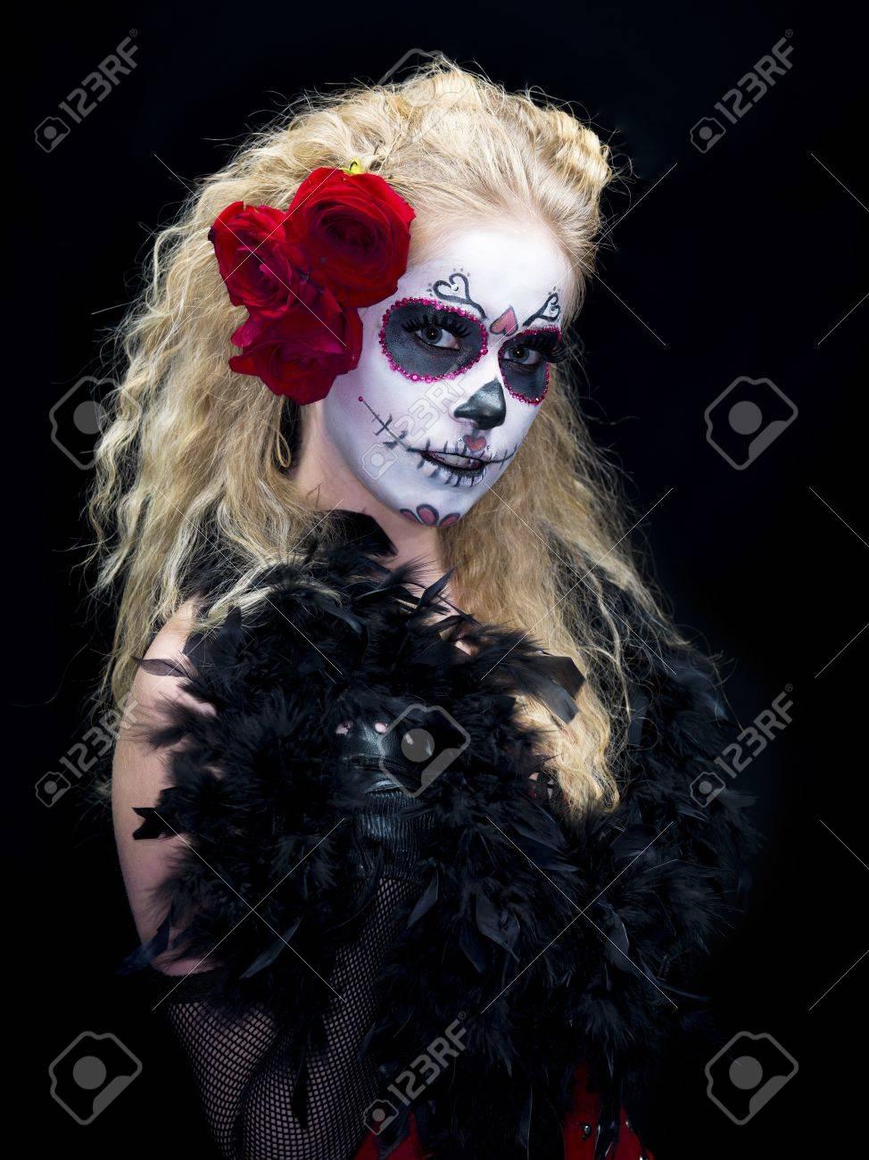 Close Up Shot De Una Mujer Vestida De Miedo Calavera De Azúcar Tradicional Maquillaje Sobre Fondo Oscuro Modelo Christine Vandenberk
