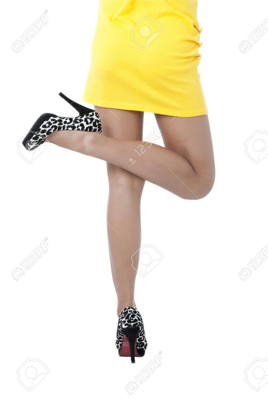 Vestido amarillo con zapato negro