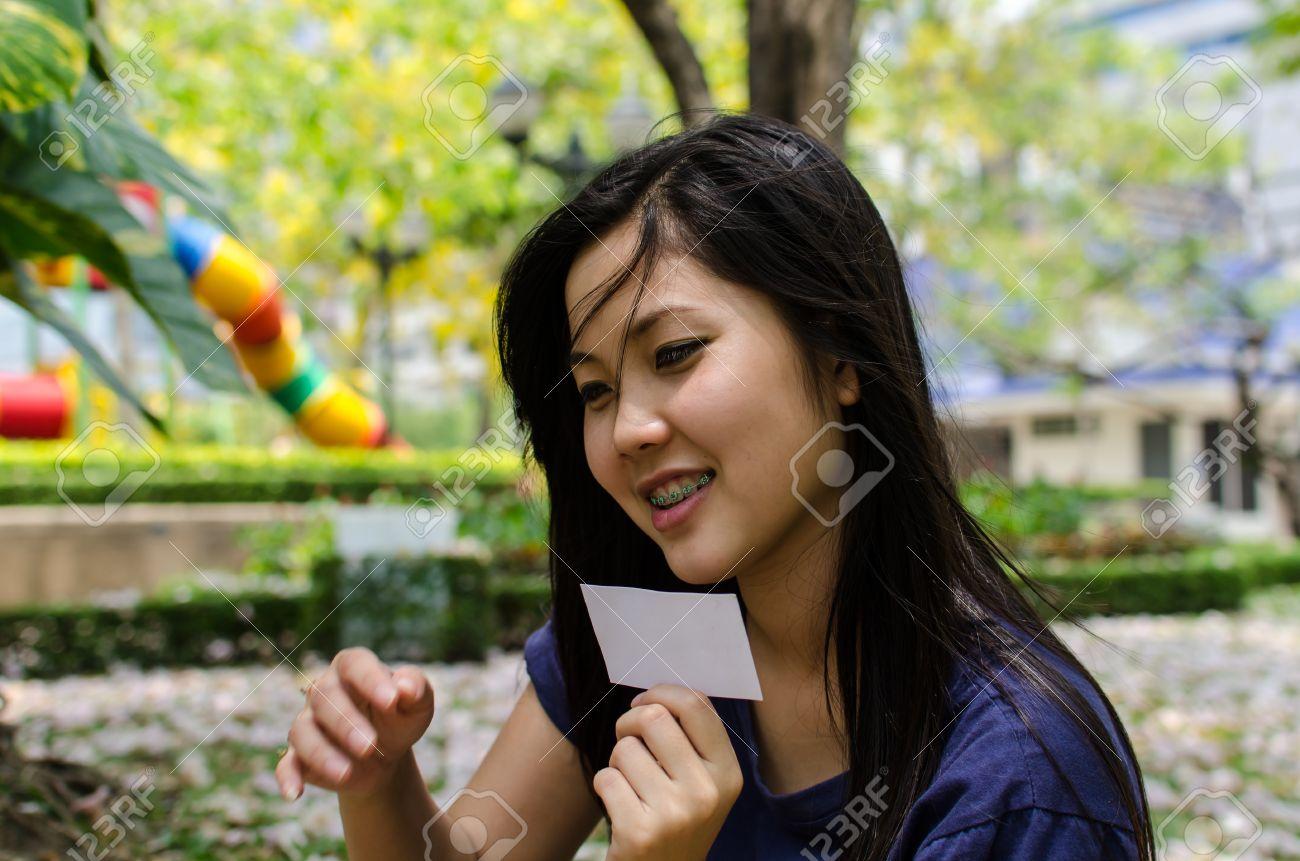 banque dimages belle fille chinoise avec une carte vierge dans le graden