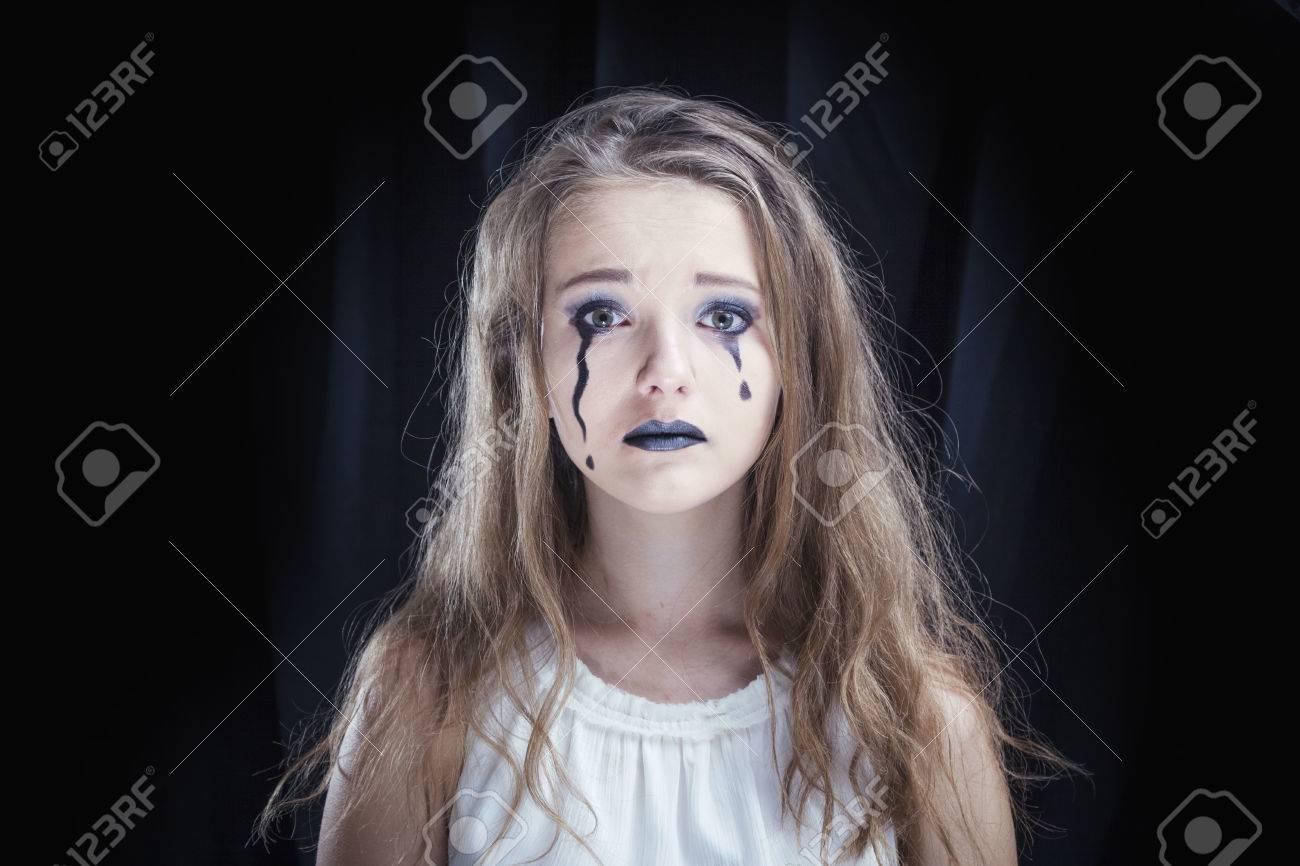Maquillaje vestido blanco y negro
