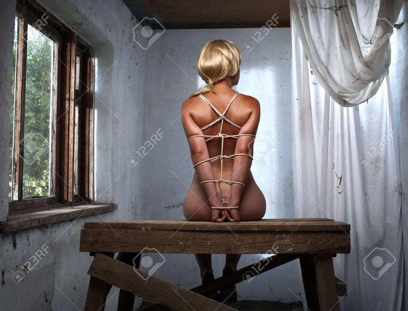 nackte Frauen in Knechtschaft