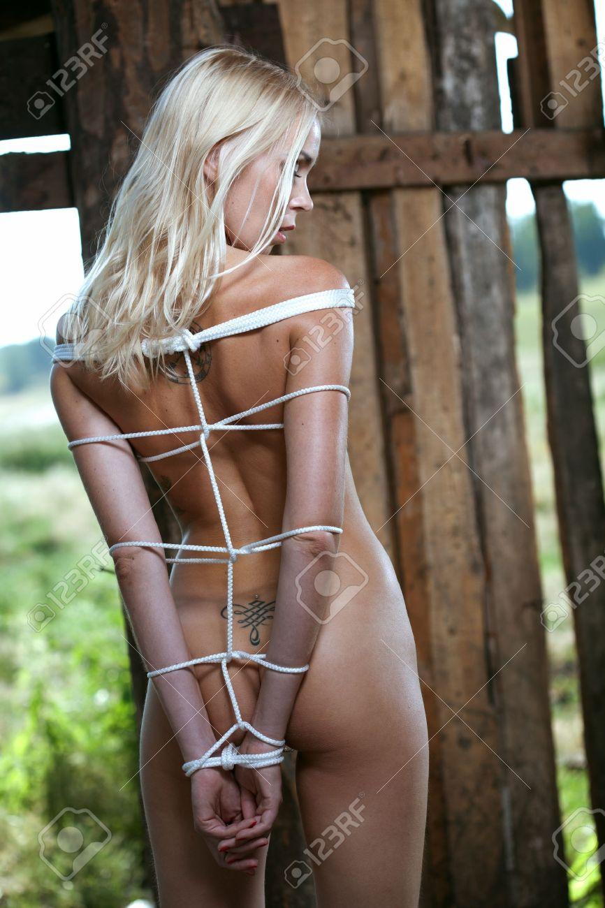 model nackt gefesselt