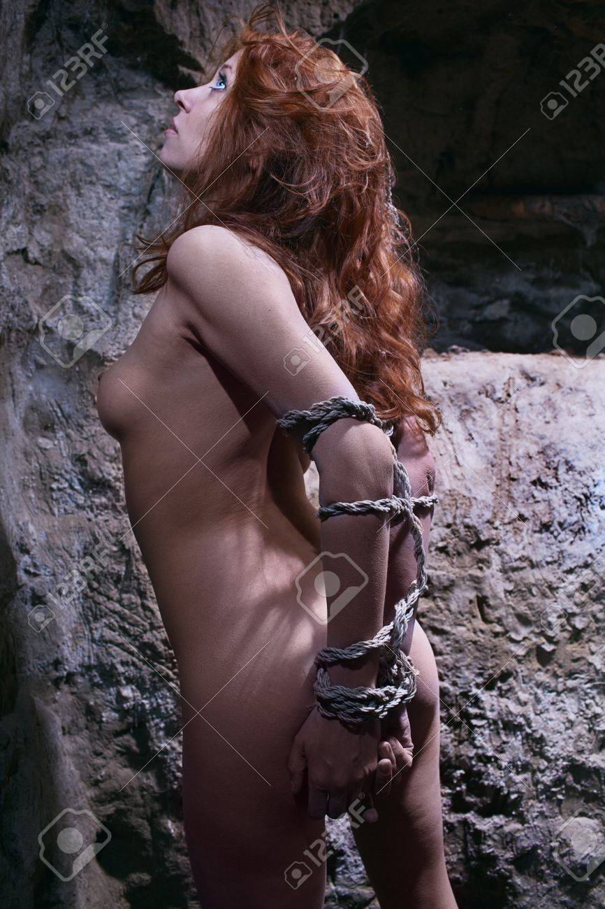Mujer Desnuda Pelirroja En Servidumbre Subterránea