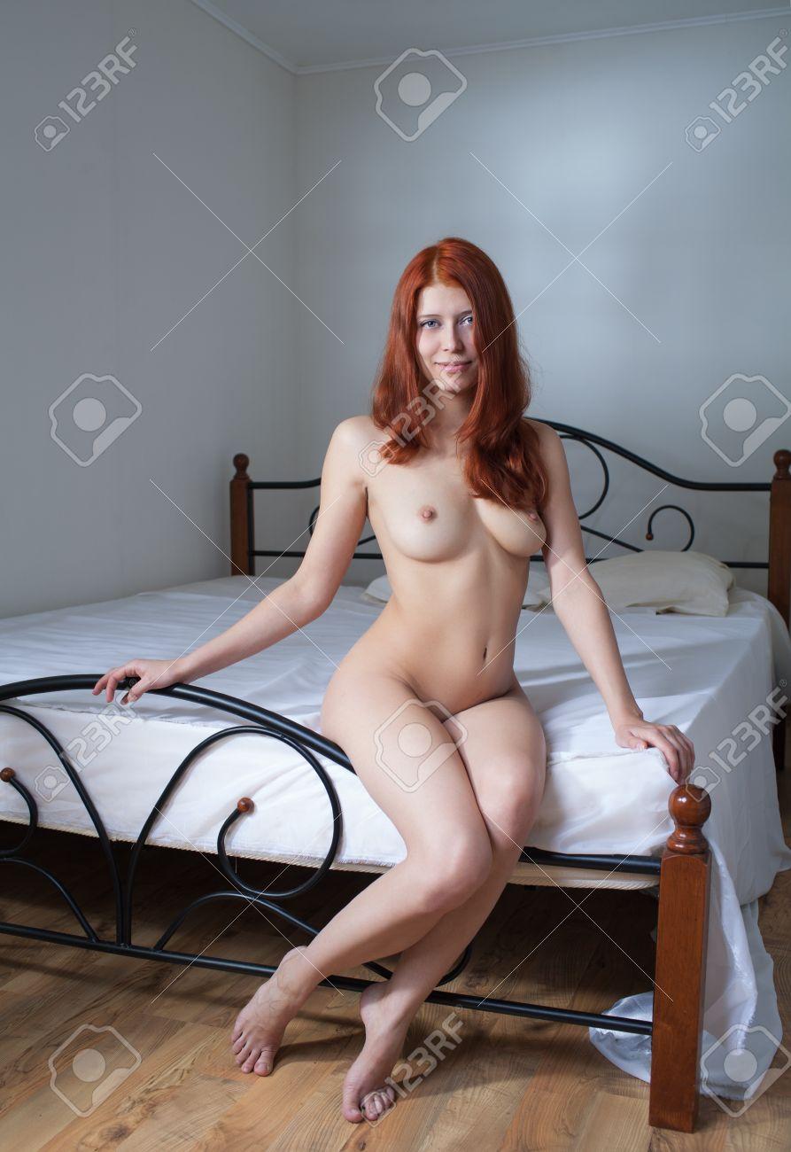 Schönheit Nackte Frau Im Schlafzimmer Lizenzfreie Fotos, Bilder Und ...