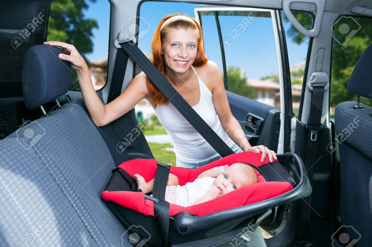 woman baby seats in the car seat