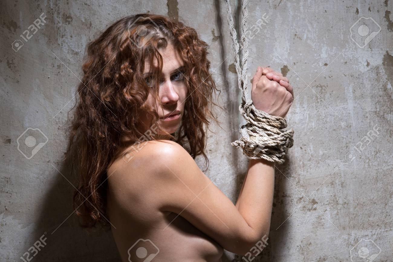 Mujer Pelirroja Desnuda Atada Con Una Cuerda En La Vieja Habitación Destartalada