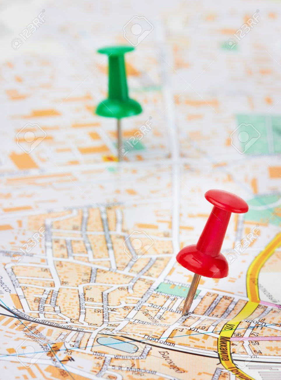 Red and green pushpin on a city map Stock Photo - 10788101