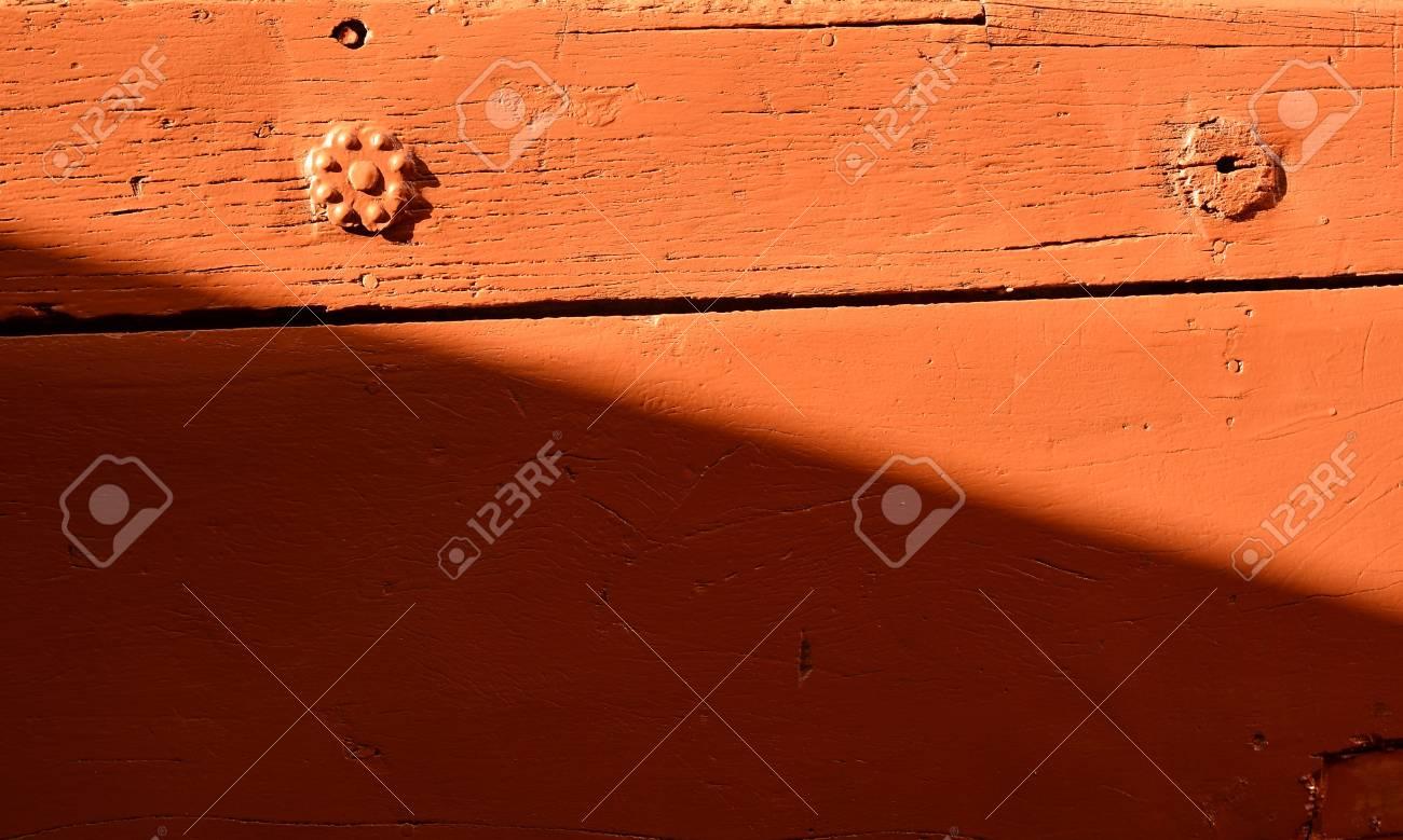 Wundervoll Holztür Außen Dekoration Von Außen Rote Holztür Planke Mit Schmücken Nägel