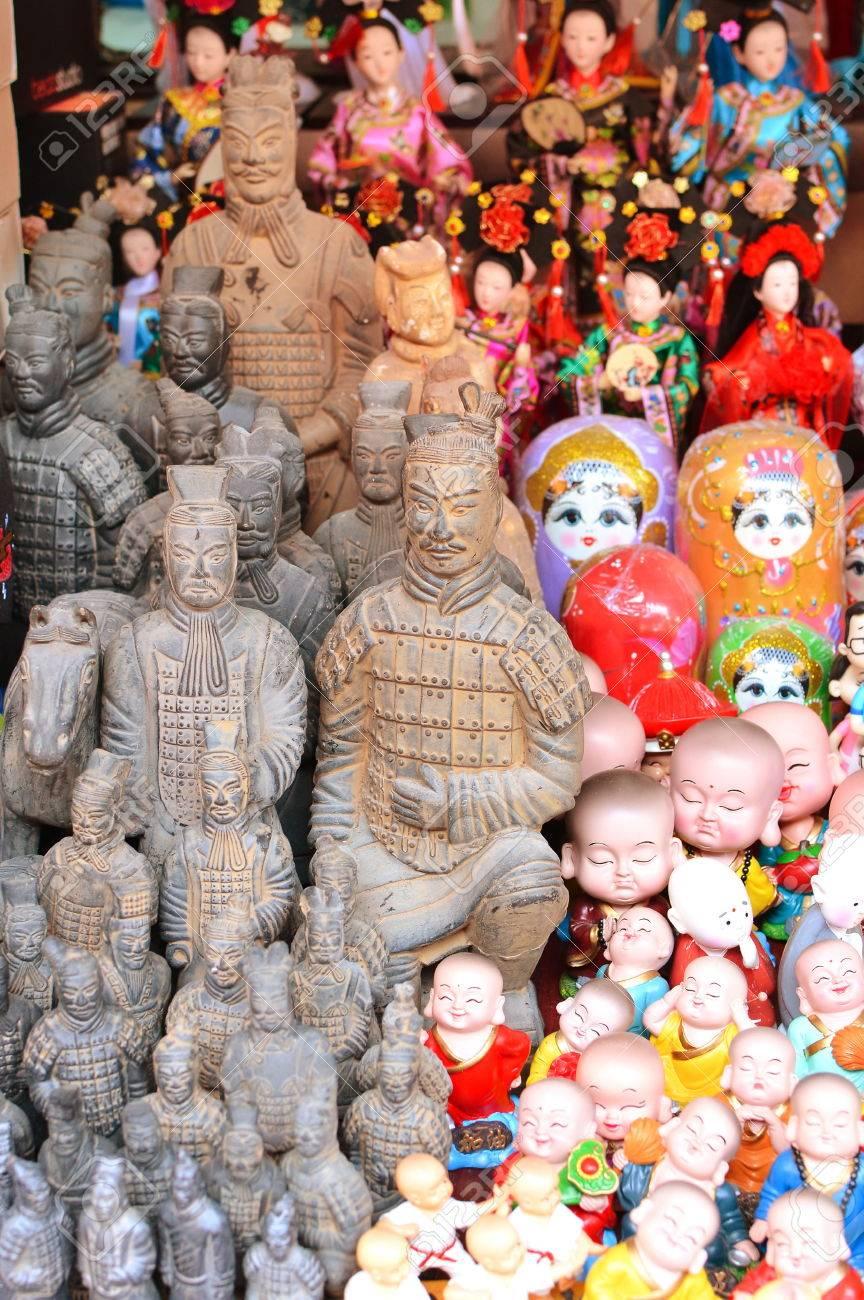Suveniri - Page 17 84917699-recuerdos-chinos-varias-figuras-asi%C3%A1ticas-en-la-tienda-de-regalos-en-shanghai