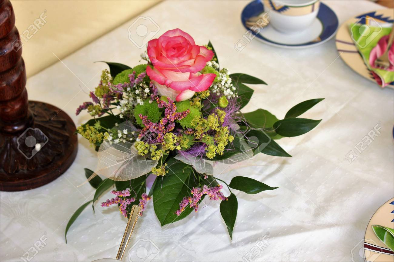 bouquet de décoration de table avec une rose rose banque d'images et