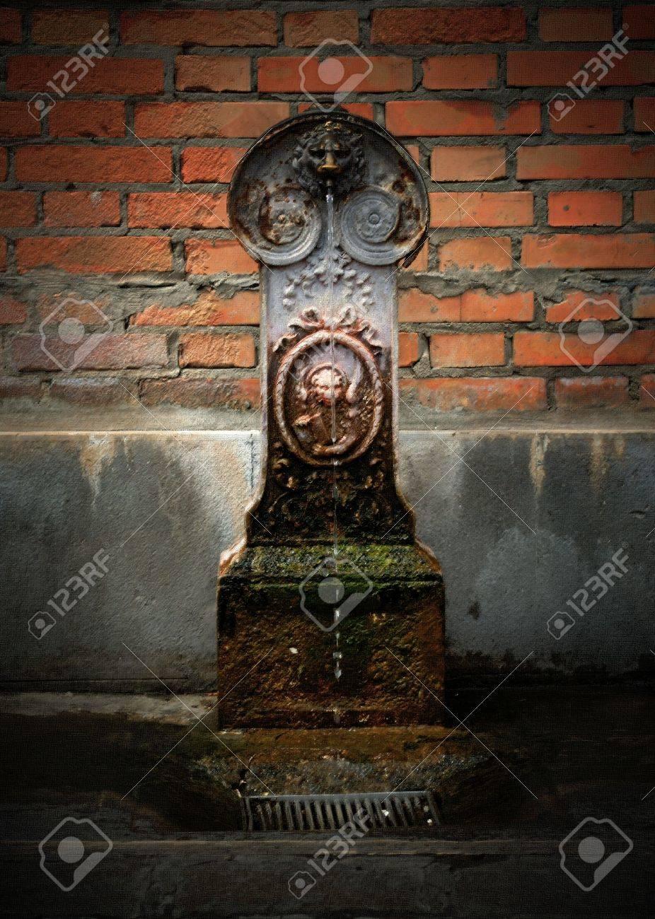 Artistique La Peinture L Image D Une Petite Fontaine Contre Un Mur De Briques à Venise Italie Image A Un Effet Pastel Sur Toile Ajoutée