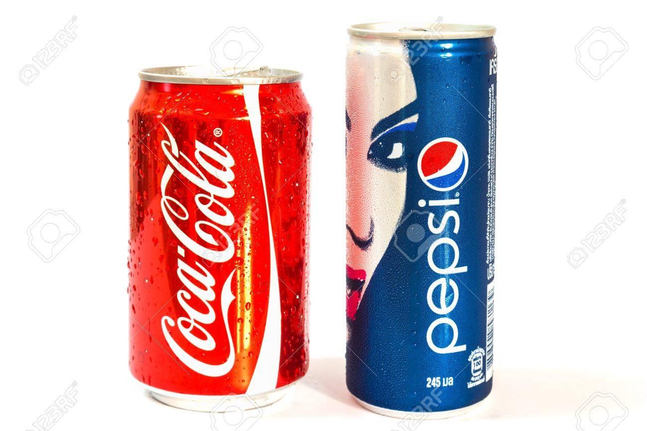 Coca Cola E Pepsi Può Isolato Su Sfondo Bianco Foto Royalty Free