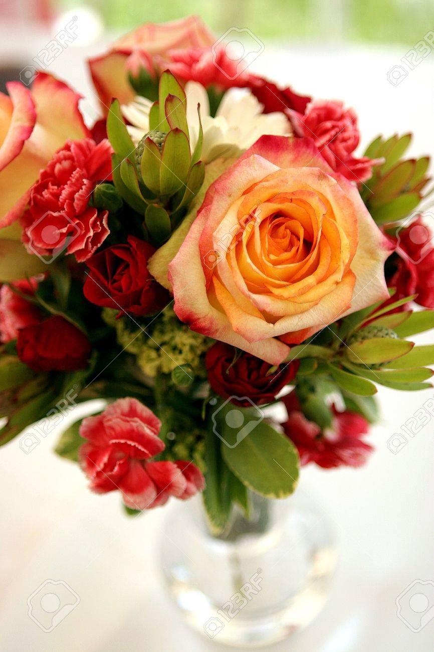 Einen Strauss Von Rosen Und Nelken In Einer Vase Schmucken Den Tisch