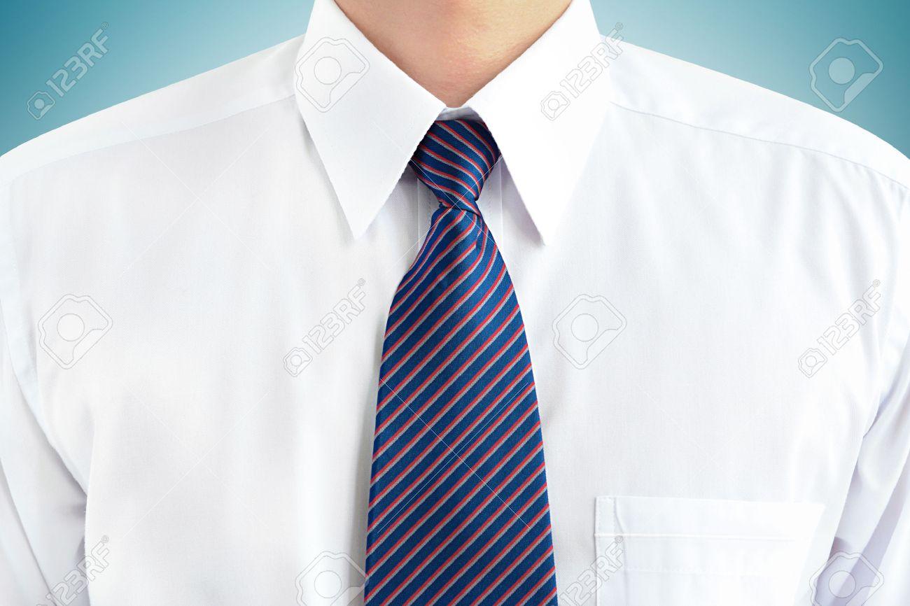 D'une Une Chemise Soft Blanche Focus Homme Vêtu Et Rayée Cravate Un 0mOwyvN8n