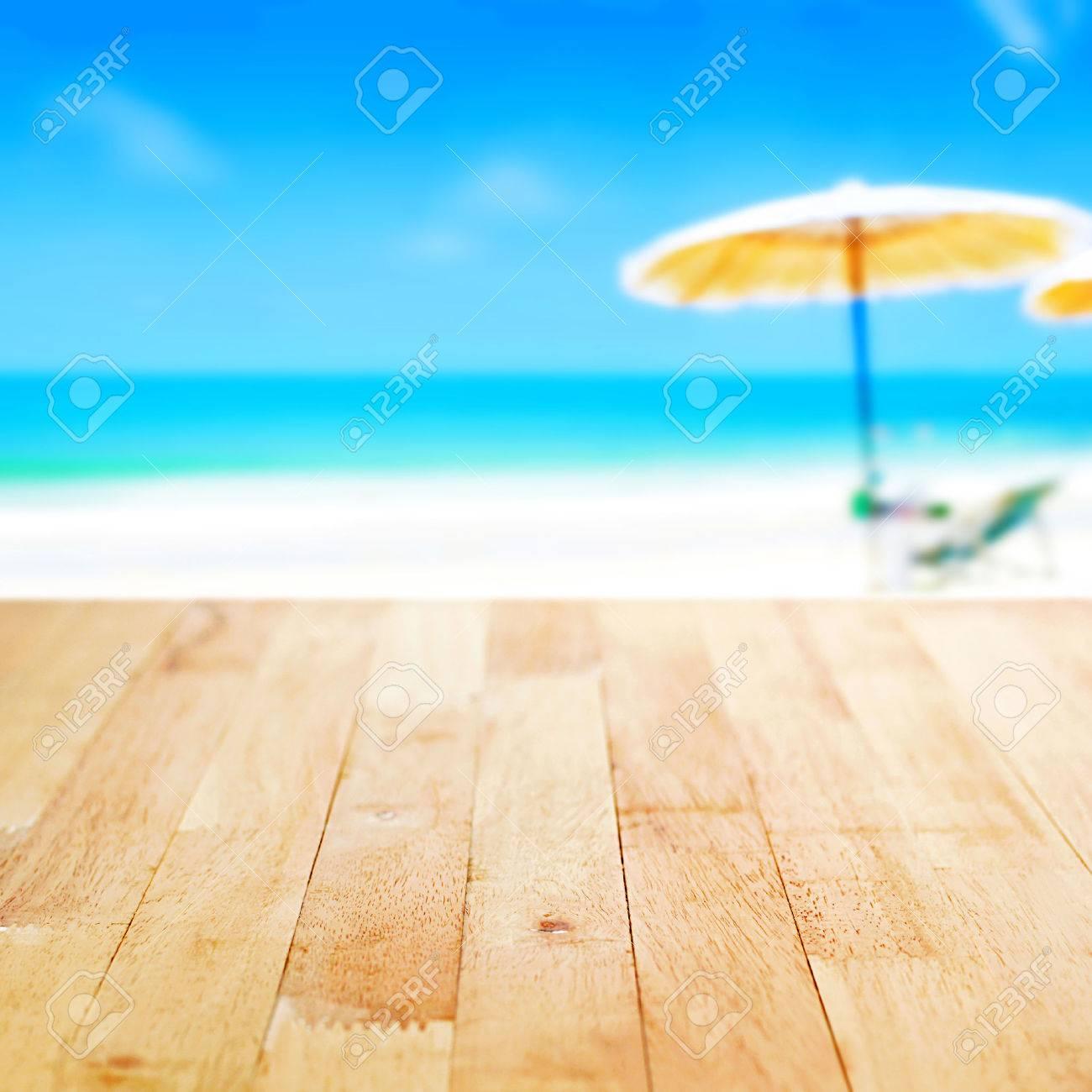Immagini Stock Tavolo In Legno Sul Mare Azzurro E Sfondo Bianco